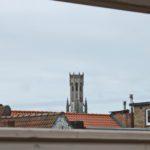 Zicht vanuit gastenkamer Côté Ciel op Belfort toren