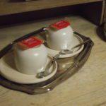 detail foto koffie en thee op de kamer met een Lotus koekje