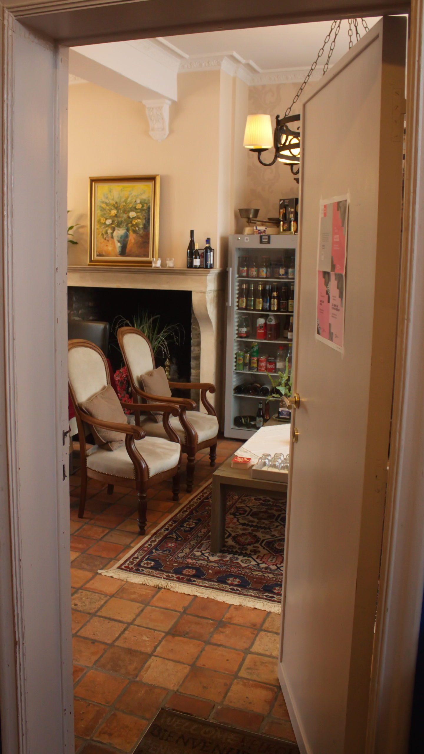 open deur naar ontbijtruimte - ontvangstruimte met honesty bar