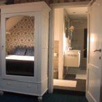 reflectie van bed in spiegel gastenkamer Côté Ciel overdag